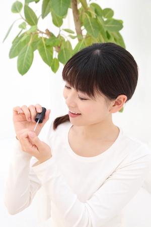 autocuidado: Hermosa mujer asiática joven manicura