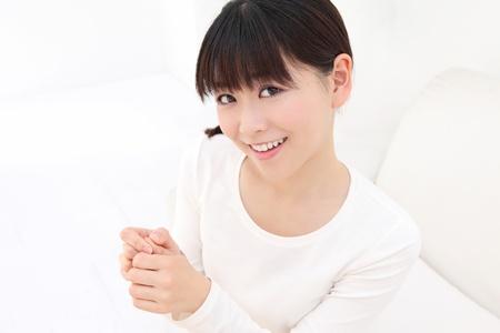 autocuidado: Jóvenes mujeres asiáticas para masajear el dedo