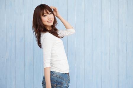 Asiatische Frauen herum und leeren Raum blauem Hintergrund schalten