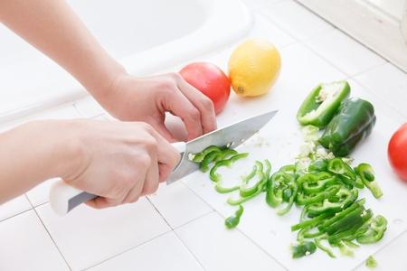 cuchillo de cocina: Manos de la mujer, cortar las verduras