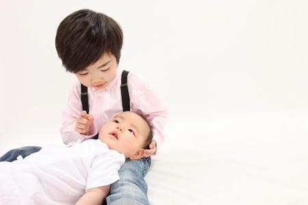 アジアの子供たちは赤ちゃんを持っています。