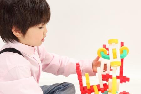 アジアの男の子のおもちゃで遊ぶ 写真素材