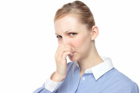 olfato: Joven mujer pellizcar la nariz blanca de fondo