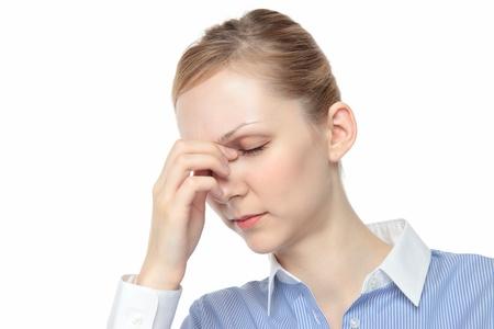 若い白人女性の白い背景の涙に触れる