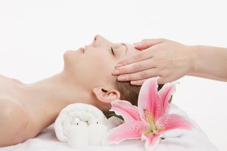 Joven mujer de raza caucásica de masaje facial Foto de archivo