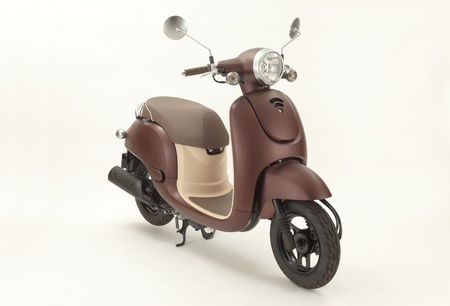 vespa: Scooter Brown con el fondo blanco