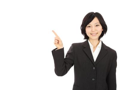 若いアジア女性の笑顔を指している指