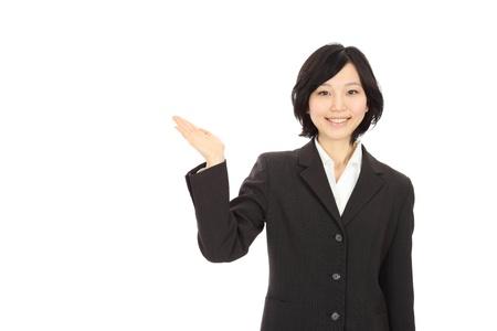 白い背景で手を繋いでいる笑顔の若いアジアの女性