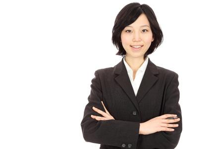 白い背景の美しい若いアジアの女性リンク腕