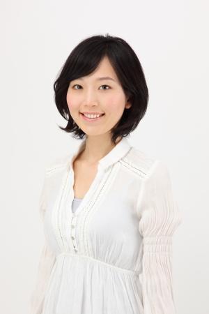 白い背景で日本の若い女性の笑みを浮かべてください。