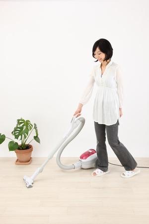 部屋をきれいにする日本の若い女性は、美しい