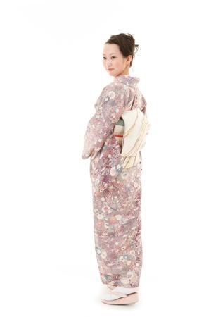 白い背景を持つアジアの着物女性