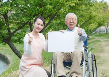 日本の介護者とフィールドを親指でシニア