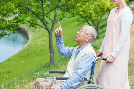 Japanische Betreuer und Senioren im Bereich