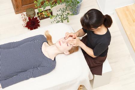 Blanke vrouw ondergaat een chiropractie