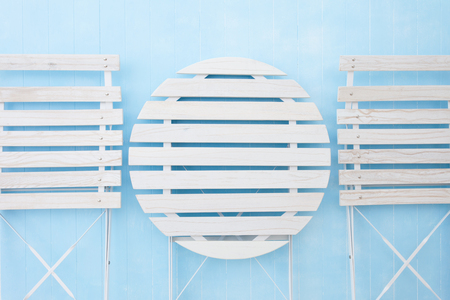 decoracion mesas: mesa y sillas blancos que se plegaba