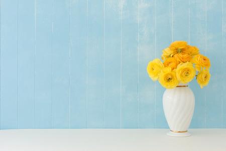 arreglo floral: fondo azul de las flores del ranúnculo