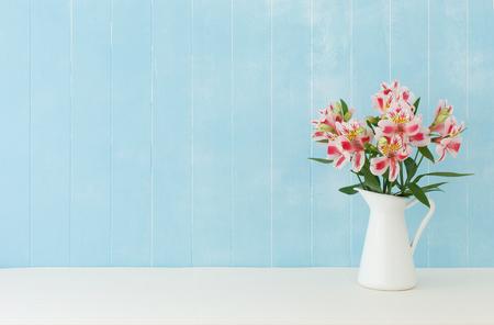 アルストロメリアの花の青色の背景 写真素材