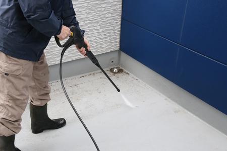 男が床を掃除して