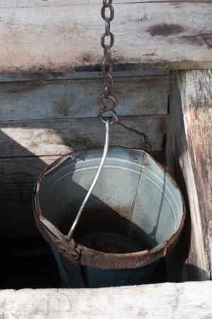 seau d eau: Seau dans le vieux puits