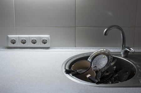 lavar trastes: Cocina con pilas de platos sucios