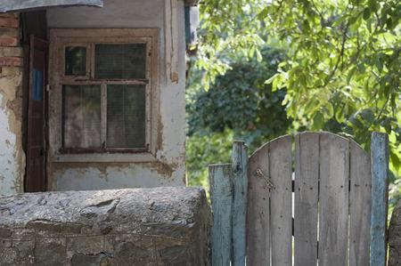 마당에있는 오래된 나무 문 스톡 콘텐츠 - 44163459