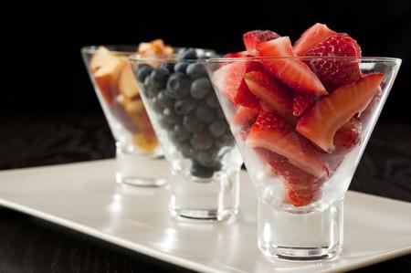イチゴ、ブルーベリー、ネクタリン白い大皿のガラス鉢