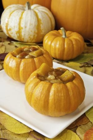 ミニ パンプキンズされてカボチャ スープに囲まれている秋の葉