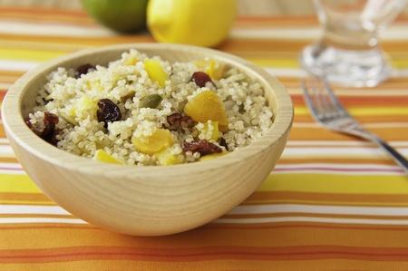 カラフルな果物とキノア カボチャの種のサラダ 写真素材