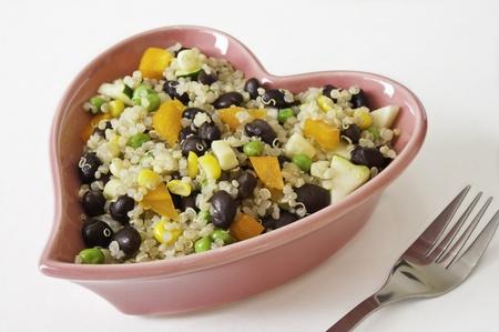 キヌアと野菜のサラダのハート形の皿 写真素材