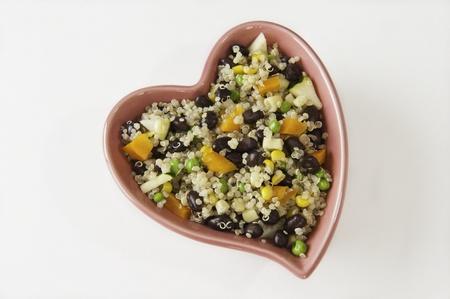 ハート皿いっぱいキノアと野菜のサラダ