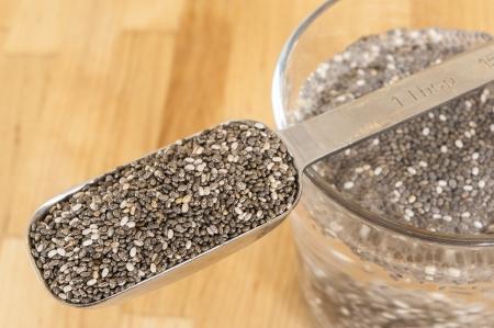 チア種子浸漬水のガラスとチアシードの杯