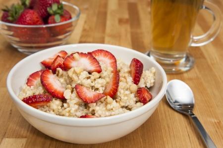 イチゴと紅茶のキビの朝食のプリンの料理