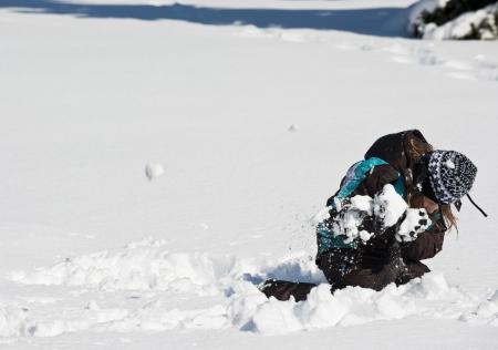 agachado: Patos chica para evitar una bola de nieve en una bola de nieve