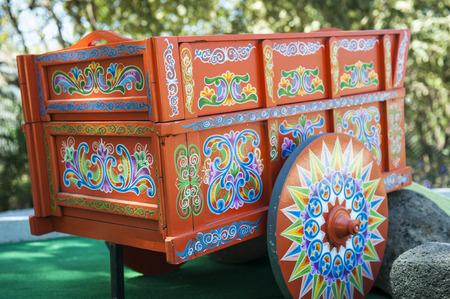 手描きし、伝統的な木製コスタリカ牛車を復元