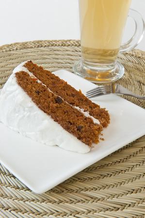 Stukje carrot cake met een kopje thee
