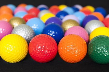 黒の上のカラフルなミニ ゴルフ ・ ボールの品揃え