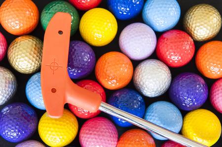 オレンジ色のクラブと各種ミニ ゴルフ ・ ボール