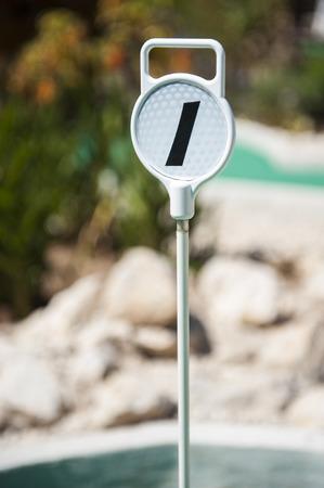 屋外ゴルフコースでゴルフ穴 1 マーカー 写真素材