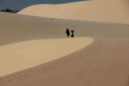 arena blanca: Duna de arena blanca en Mui Ne, Vietnam Foto de archivo