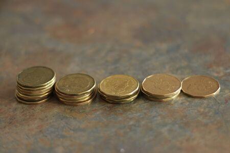Kanadische Münzen. Haufen von kanadischen Dollarmünzen, auch bekannt als Loonies Standard-Bild