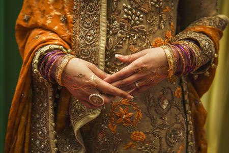 bordados: Detalles de mirada novia india y el vestido Foto de archivo