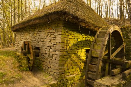 molino de agua: Antiguo molino rústico en campo Foto de archivo Foto de archivo