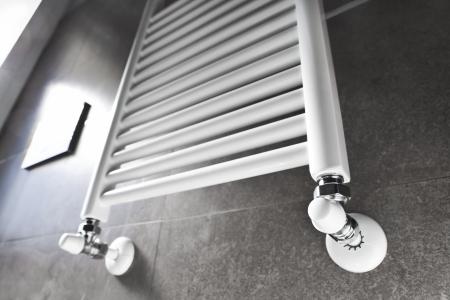 Witte badkamer verwarming verlicht door het raam