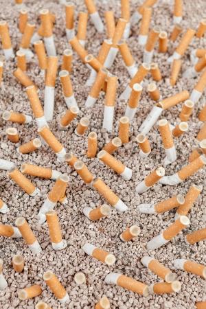 Aschenbecher voll gerauchten Zigaretten im Sand von oben Standard-Bild - 17831318
