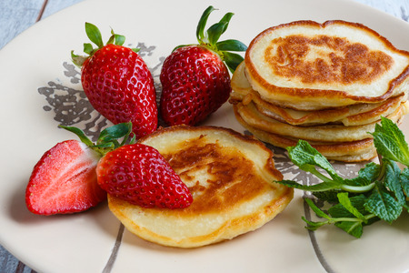 Freshly baked pancakes with strawberry and mint Banque d'images