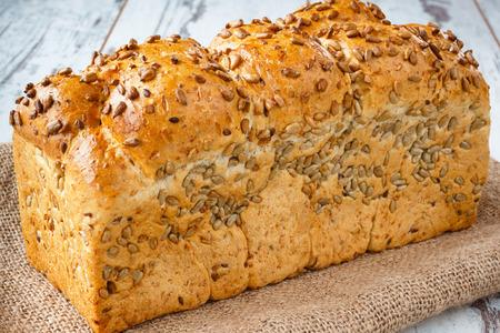 semillas de girasol: Pan fresco con semillas de girasol en la arpillera
