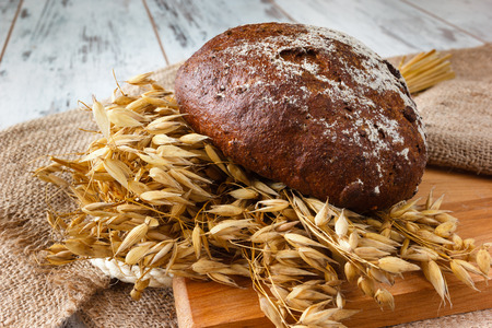 Fresh bread and wheat on the wooden boards Banque d'images