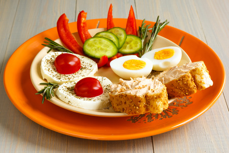 Healthy breakfast with eggs, cheese and fresh vegetables Banque d'images