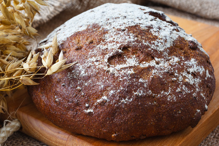 Closeup dark bread with crumbs on wooden background Banque d'images